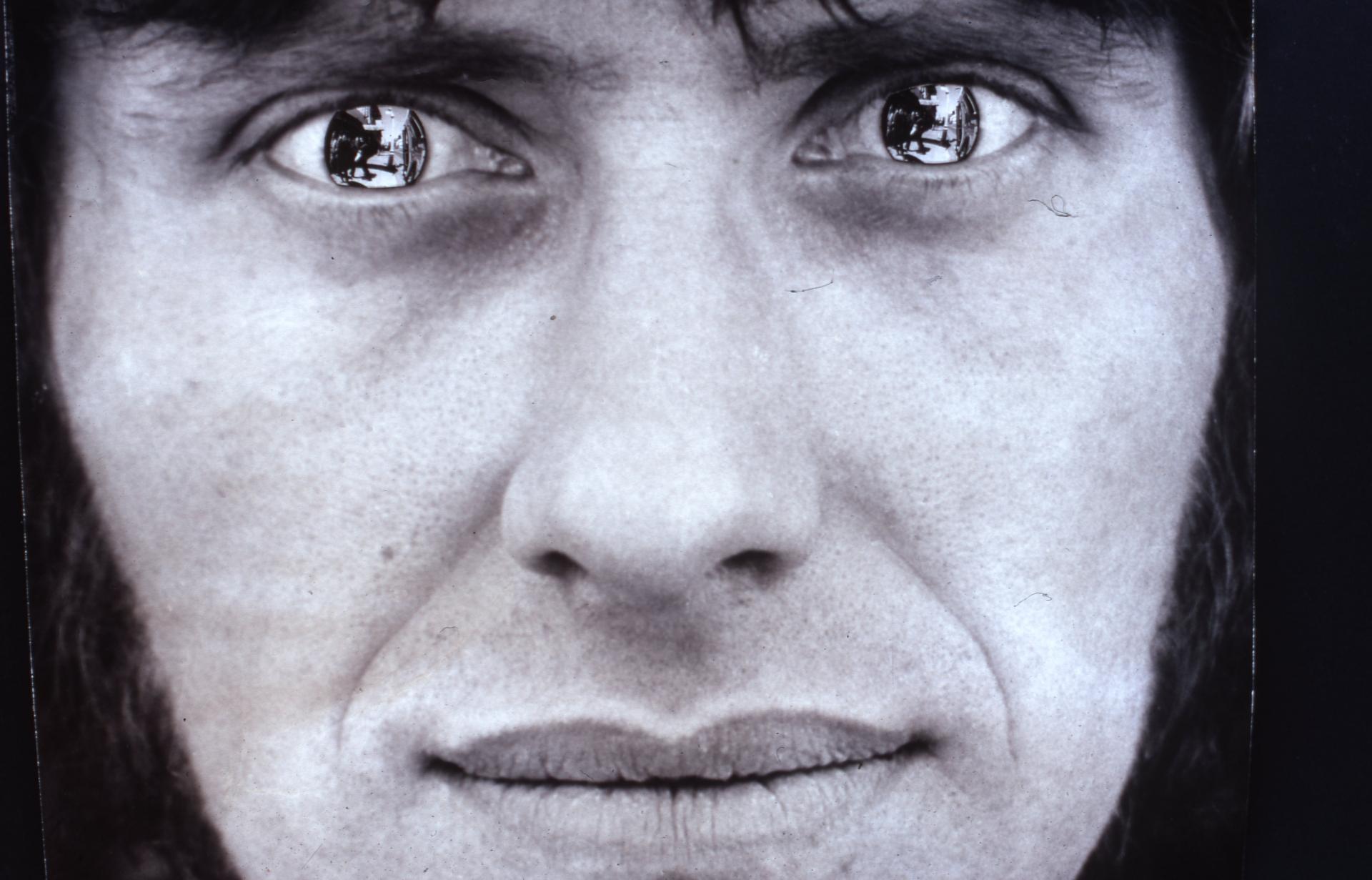 Stephen Kaltenbach, Manipulacja wyglądem osoby – Lustrzane szkła kontaktowe, 1970, fotokolaż