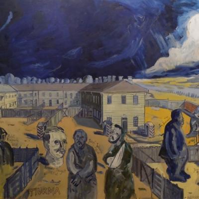 """Edward Dwurnik, """"Tiurma"""", 1988, dar prof. Romana Zarzyckiego, z kolekcji Muzeum Sztuki w Łodzi: Nad obiektem przypominającym obóz zbierają się ciemne chmury. Na terenie znajduje się 9 niewyraźnych postaci. Niektóre z nich są zaprezentowane w całości, dwie z nich to tylko głowy. Są one nieproporcjonalnie duże do całego obozu. Postacie stoją"""
