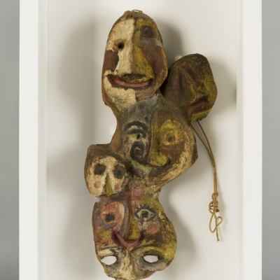 """Franciszka Themerson, """"Maski Ubu"""", 1951, farba olejna, klej, papier, z kolekcji Muzeum Sztuki w Łodzi: Połączone maski twarzy w kolorach brązowych, zielonych, beżowych."""