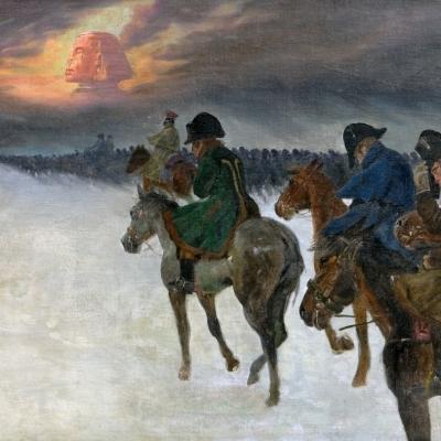 """Jerzy Kossak, """"Wizja Napoloeona"""", niedatowany, z kolekcji Muzeum Sztuki w Łodzi: Tysiące żołnierzy jedzie konno w czasie śnieżycy. Okrywają się płaszczami przed zimnem. Na zachmurzonym niebie pojawia się majestatyczna twarz, przypominająca głowę Sfinksa."""