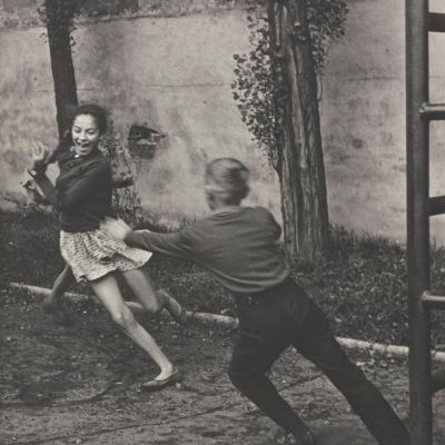 """Bogdan Dziworski, """"Bez tytułu (Gonitwa dzieci)"""", ok. 1960 – 1970 r., fotografia czarno-biała, z kolekcji Muzeum Sztuki w Łodzi : Czarno-biała fotografia przedstawia dziewczynę w krótkich włosach, która spogląda z okna pociągu."""