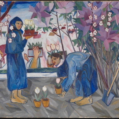 """Natalia Gonczarowa, """"Praca w ogrodzie"""", 1908, olej na płótnie, dzięki uprzejmości Tate Modern, Londyn: Dwie kobiety, ubrane na niebiesko, sadzą kwiaty w ogrodzie."""