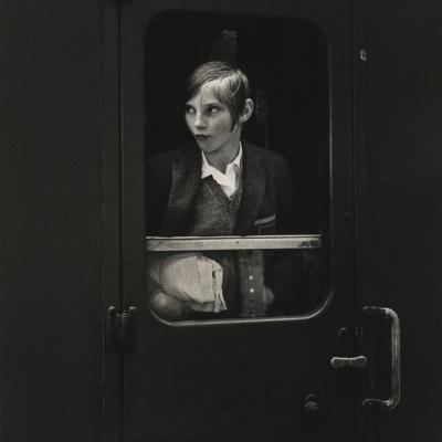 """Ewa Rubinstein, """"Dziewczyna w pociągu"""", 1969 r., fotografia czarno-biała, z kolekcji Muzeum Sztuki w Łodzi: Czarno-biała fotografia przedstawia dziewczynę w krótkich włosach, która spogląda z okna pociągu."""