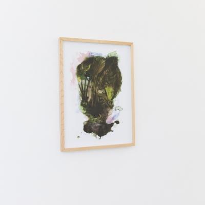 """Céline Condorelli, """"Permutations"""", 2019, widok instalacji, FRAC Lorraine (Francja), fot. Fred Dott, dzięki uprzejmości artystki: Fotografia prezentuje element wystawy. Praca przedstawia motyw flory dopełniony miękkim akwarelowym przejściem. Przeważająca kolorystyka kompozycji oscyluje pomiędzy barwami ziemi. Oprawę fotografii stanowi minimalistyczna drewniana rama, którą dopełnia pracę nadając organiczny wydźwięk całości."""
