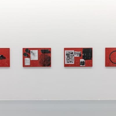 """Céline Condorelli, """"Cotton Rubber"""", 2017, widok instalacji, FRAC Lorraine (Francja), fot. Fred Dott, dzięki uprzejmości artystki: Fotografia przestawia cztery kompozycje sitodrukowe. Dwukolorowe nadruki na czerwonym papierze osadzone zostały na białej ścianie. Kompozycje najbardziej dynamiczne skupiają prace będące w środku. Prace znajdujące się po zewnętrznych stronach cechuje centralne ułożenie brył."""