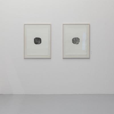 """Céline Condorelli, """"Contact Patch (Register of Collective Labour, Pirelli Factory, Settimo Torinese) I"""" & """"Contact Patch (Register of Collective Labour, Pirelli Factory, Settimo Torinese) II"""", 2016, widok instalacji, FRAC Lorraine (Francja), fot. Fred Dott, dzięki uprzejmości artystki: Fotografia zawiera dwie prace wykonane za pomocą druku fotopolimerowego na papierze bawełnianym. Achromatyczna paleta oraz centralna kompozycja cechuje obie prace. Elementem charakterystycznym obu dzieł jest złożona struktura owalnego kształtu stanowiąca główny element pracy."""