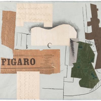 """Pablo Picasso, """"Butelka Vieux Marc, kieliszek, gitara i gazeta"""", 1913, papier drukowany i farba drukarska na papierze dzięki uprzejmości Tate Modern, Londyn: Na białym tle wklejone są różne fragmenty papierów, w tym gazety z napisem"""