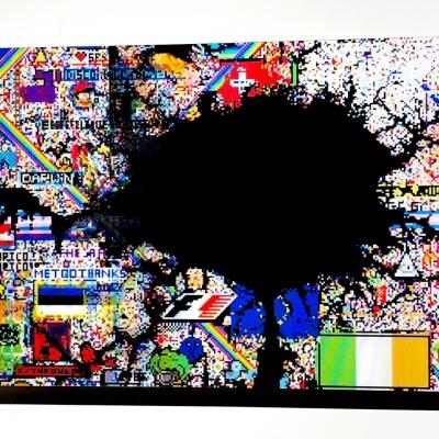 """Agnieszka Kurant, """"Zbiorowy test Rorschacha"""", 2019, druk lentykularny, współpraca: Krzysztof Pyda, dzięki uprzejmości Tanya Bonakdar Gallery, New York / Los Angeles oraz Fortes D'Aloia & Gabriel, São Paulo / Rio de Janeiro: Reprodukcja przedstawia obiekt wykonany za pomocą druku soczewkowego, zawierający się w prostokącie. W kompozycji dominują soczyste nasycone kolory. Obiekt został stworzony z licznych pikseli. W centralnej części układu znajduje się rozległa czarna plama obejmująca swoim zasięgiem wszystkie cztery strony kompozycji."""