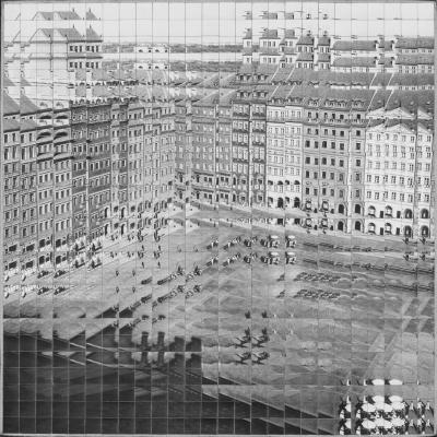 """JanuszBąkowski, """"Stare Miasto"""", 1973 r., fotografia czarno-biała, z kolekcji Muzeum Sztuki w Łodzi : Czarno-biała fotografia zbudowana z licznych powielonych kwadratów przedstawiająca pejzaż miejski."""