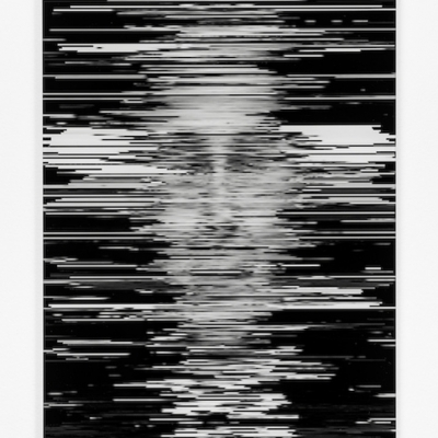 """Agnieszka Kurant, """"Zagregowany duch"""", 2020, druk na pleksi, dibond, produkcja: the MIT Center for Art, Science & Technology (CAST), współpraca: Boris Katz, Andrei Barbu, David Mayo, dzięki uprzejmości Tanya Bonakdar Gallery, New York / Los Angeles, fot. Paul Young: Na czarnym, przypominającym ekran tle znajdują się białe, szarpane, rozpikselowane, poziome linie, w których pojawia się niezidentyfikowana twarz."""