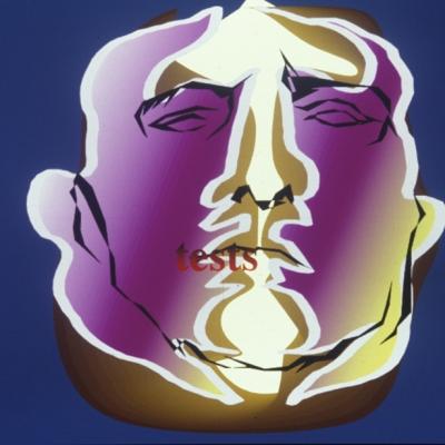 """Anne-Mie van Kerckoven, """"Może tym razem wygram"""", 1989, film 16 mm, animacja komputerowa, dzięki uprzejmości artystki: Poziomy obraz. Ciemno niebieskie tło, na nim centralnie umiejscowiona fioletowo-żółta twarz mężczyzny. Jej zarys tworzy jasna, twarda linia, a uproszczone szczegóły linia ciemna. Przy ustach znajduje się czerwony napis """"tests""""."""