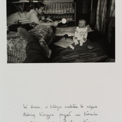 """MariuszHermanowicz, """"Wdniu, w którymzrobiłemtozdjęcie"""", 1977 r., fotografia czarno-biała, z kolekcji Muzeum Sztuki w Łodzi : Czarno-biała fotografia przedstawiająca scenę rodzajową mającą miejsce w jednym z pomieszczeń. Na pierwszym planie znajduje się kawałek nogi bohatera pierwszoplanowego, po lewej stronie znajduje się młoda kobieta zwrócona w stronę małego dziecka."""