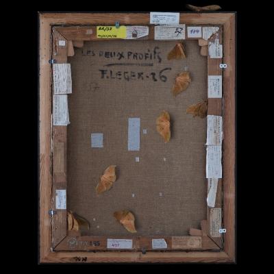 """Jasmina Cibic, """"Artyści rewolucyjni (Fernand Léger: Dwa profile (1926), nr inw.: MS/SN/M/36)"""", 2021, 100 cm x 80 cm, druk chromogeniczny, dzięki uprzejmości artystki: Seria """"Artyści rewolucyjni"""" prezentuje rewersy obrazów. Wyraźnie oświetlony tył dzieła usytuowany został na ciemnym tle. Ćmy oraz inne owady zostały umiejscowione na powierzchni obrazu. Liczne naklejki ulokowane na odwrocie stanowią zapis czasu, ukazując wszystkie wystawy, po których podróżowała praca."""