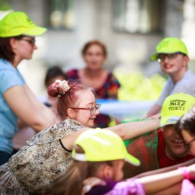 fot. T. Ogrodowczyk: Uczestnicy i uczestniczki wydarzenia (wiele osób) w ogrodzie ms¹. Na pierwszym planie widać uśmiechniętą dziewczynkę w okularach.
