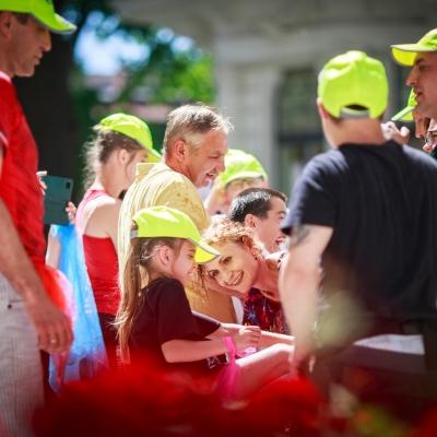 fot. T. Ogrodowczyk: Uczestnicy i uczestniczki wydarzenia (wiele osób) w ogrodzie ms¹. W centralnym punkcie zdjęcia widać uśmiechniętą edukatorkę Maję Pawlikowską oraz kilkuletnią dziewczynkę.