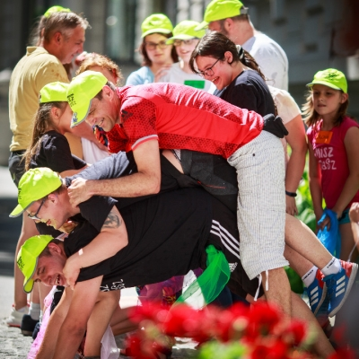 fot. T. Ogrodowczyk: Uczestnicy i uczestniczki wydarzenia (wiele osób) na dziedzińcu ms¹. Większość osób ma na głowie żółte czapki z daszkiem. W centralnym punkcie zdjęcia widać mężczyznę w czerwonej podkoszulce.