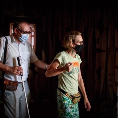 fot. T. Ogrodowczyk: Po prawej stronie edukatorka Katarzyna Mądrzycka-Adamczyk wraz uczestnikiem wystawy. W tle kurtyna autorstwa Jasminy Cibic.