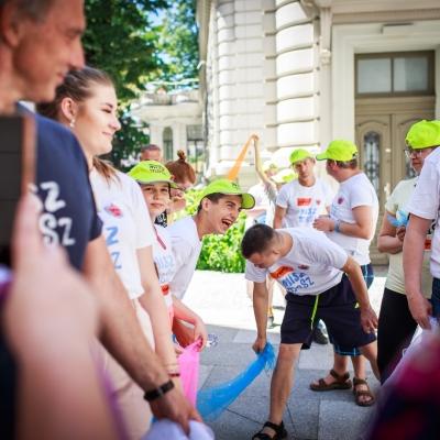 fot. T. Ogrodowczyk: Uczestnicy i uczestniczki wydarzenia (wiele osób) w ogrodzie ms¹. Wszyscy stoją.