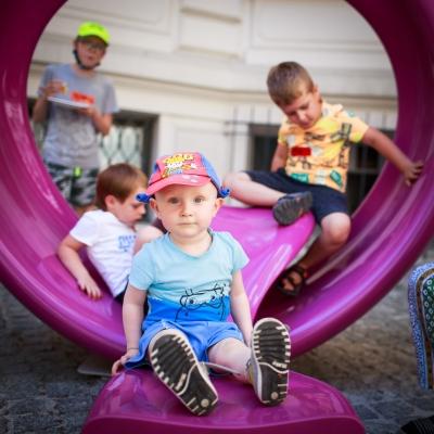 fot. T. Ogrodowczyk: Najmłodsi uczestnicy wydarzenia (wiele osób) na dziedzińcu ms¹. Na pierwszym planie znajduje się chłopczyk, który patrzy w obiektyw.
