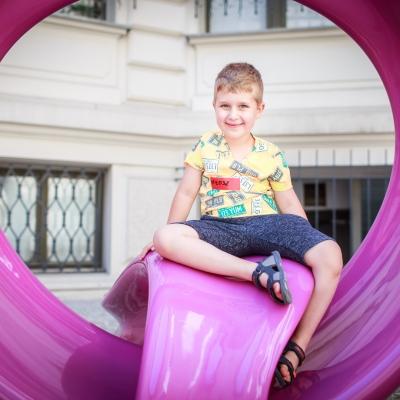 fot. T. Ogrodowczyk: Fotografia prezentująca jednego z młodszych uczestników wydarzenia. Kilkuletni chłopiec znajduje się na dziedzińcu ms¹. Patrzy w obiektyw i uśmiecha się.