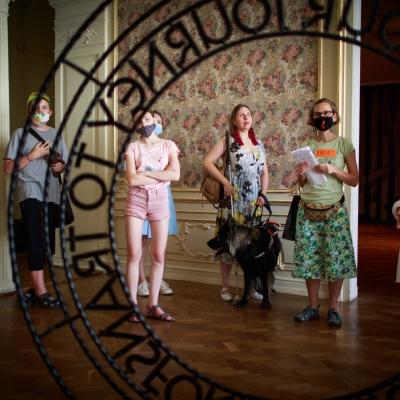 fot. T. Ogrodowczyk: Na pierwszym planie znajduje się metalowa rzeźba autorstwa Jasminy Cibic. Zgromadzona publiczność ogląda ekspozycję. W centrum zdjęcia widać edukatorkę Katarzynę Mądrzycką-Adamczyk oraz kobietę z psem-przewodnikiem.