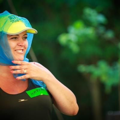 fot. T. Ogrodowczyk: Fotografia prezentuje uczestniczkę wydarzenia, która ma na głowie żółtą czapkę z daszkiem i półprzezroczystą, niebieską apaszkę.