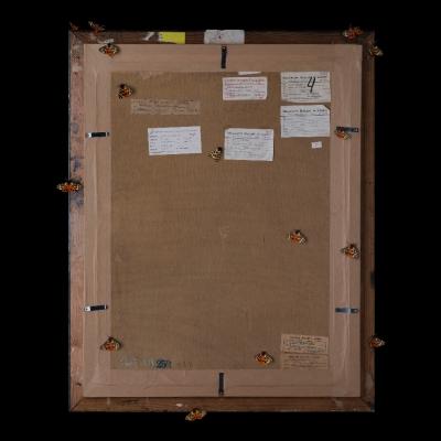 """Jasmina Cibic, """"Artyści rewolucyjni (Tytus Czyżewski: Klucz wiolinowy (ok. 1920), nr inw.: MS/SN/M/11)"""", 2021, 100 cm x 80 cm, druk chromogeniczny, dzięki uprzejmości artystki: Seria """"Artyści rewolucyjni"""" prezentuje rewersy obrazów. Wyraźnie oświetlony tył dzieła usytuowany został na ciemnym tle. Ćmy oraz inne owady zostały umiejscowione na powierzchni obrazu. Liczne naklejki ulokowane na odwrocie stanowią zapis czasu, ukazując wszystkie wystawy, po których podróżowała praca."""