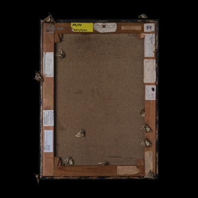 """Jasmina Cibic, """"Artyści rewolucyjni (Wanda Chodasiewicz: Kompozycja planimetryczna (ok. 1926), nr inw.: MS/SN/M/20)"""", 2021, 100 cm x 80 cm, druk chromogeniczny, dzięki uprzejmości artystki: Seria """"Artyści rewolucyjni"""" prezentuje rewersy obrazów. Wyraźnie oświetlony tył dzieła usytuowany został na ciemnym tle. Ćmy oraz inne owady zostały umiejscowione na powierzchni obrazu. Liczne naklejki ulokowane na odwrocie stanowią zapis czasu, ukazując wszystkie wystawy, po których podróżowała praca."""