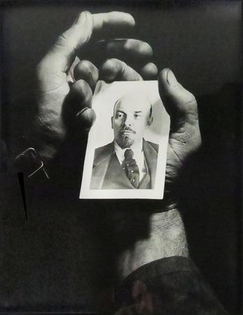"""Autor nieznany, """"Dłonie robotnika trzymające portret Lenina"""",  Rosja, ok. 1950, fot. Arthur Toqué, Kolekcja Antoine'a de Galberta, Paryż"""