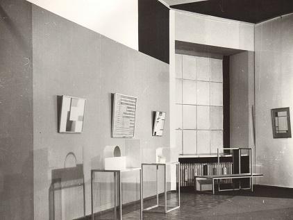 Sala Neoplastyczna, Muzeum Sztuki w Łodzi, projekt: Władysław Strzemiński, 1948, odtworzenie dekoracji, malarskiej: Bolesław Utkin; widok z lat 1960–1966, Archiwum Muzeum Sztuki, Łódź