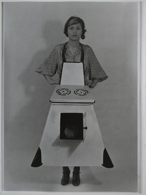 """Birgit Jürgenssen """"Fartuch kuchenny gospodyni domowej"""""""