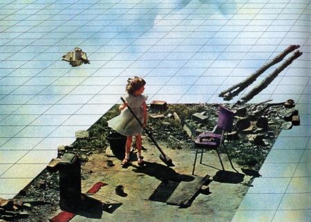 """Superstudio, """"Superpowierzchnia. Alternatywny model do życia na Ziemi"""", 1972, film kolorowy z dźwiękiem, dzięki uprzejmości Giana Piero Frassinellego: Pozioma płaszczyzna obrazu. Błękitno-biało-żółte plamy tworzą wzór imitujący chmury na kafelkach wypełniających obraz. Na pierwszym planie ujęcie od przodu z góry na dziewczynkę w białej sukience zamiatającą gruzy zajmujące ostro odcięty od powierzchni, spory fragment podłogi."""