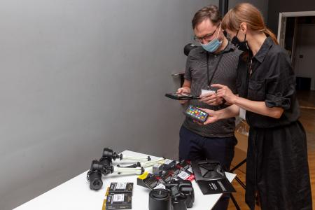Pracownicy Muzeum Sztuki podczas pracy ze sprzętem zakupionym w ramach realizacji projektu, fot. Marek Szwelengreber