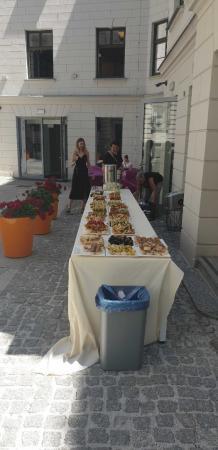 Catering dla gości eventu,: Stół zastawiony różnymi daniami i przekąskami.