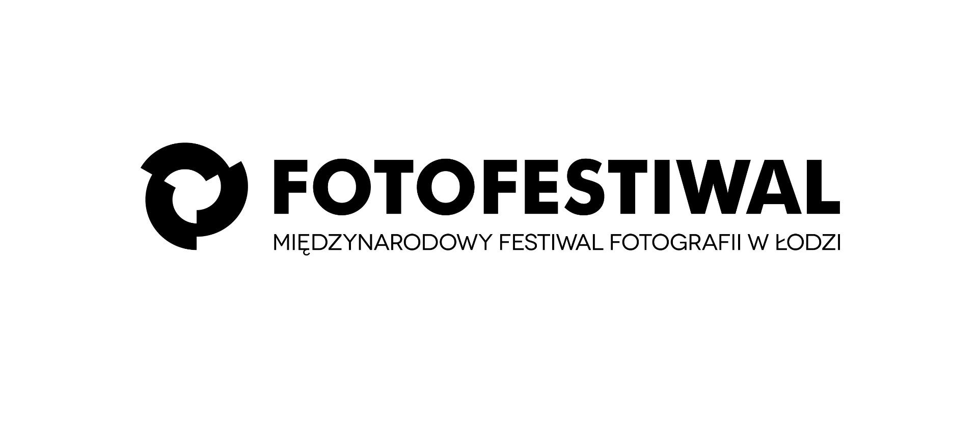 Logo, czarny napis na białym tle: fotofestiwal, międzynarodowy festiwal fotografii w Łodzi